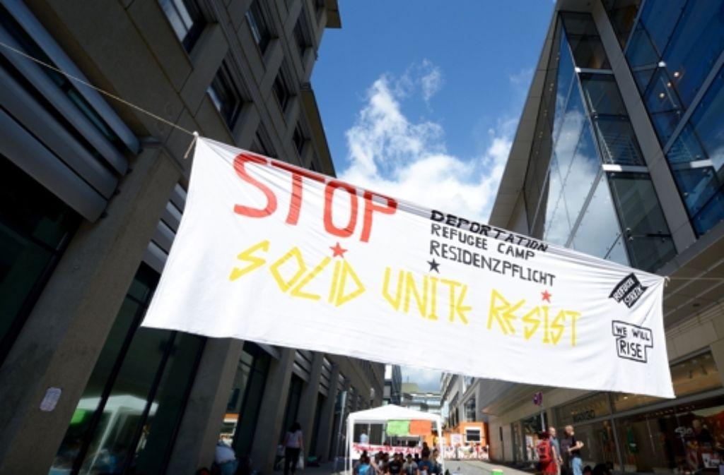 Die protestierenden Asylbewerber unterbrechen ihren Streik bis Montag. Foto: dpa