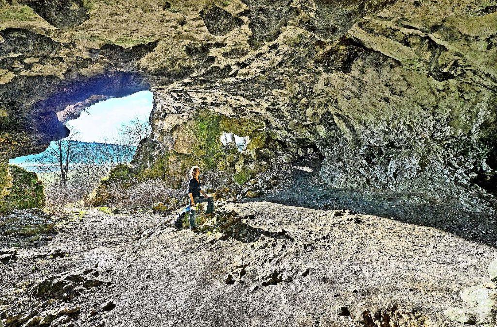 Schön anzuschauen: die Bocksteinhöhle im Lonetal (oben). Das rund 35000 Jahre alte Mammut aus Mammutelfenbein (unten) wurde in der  Vogelherdhöhle gefunden. Foto: Helmut Schlaiß Langenau