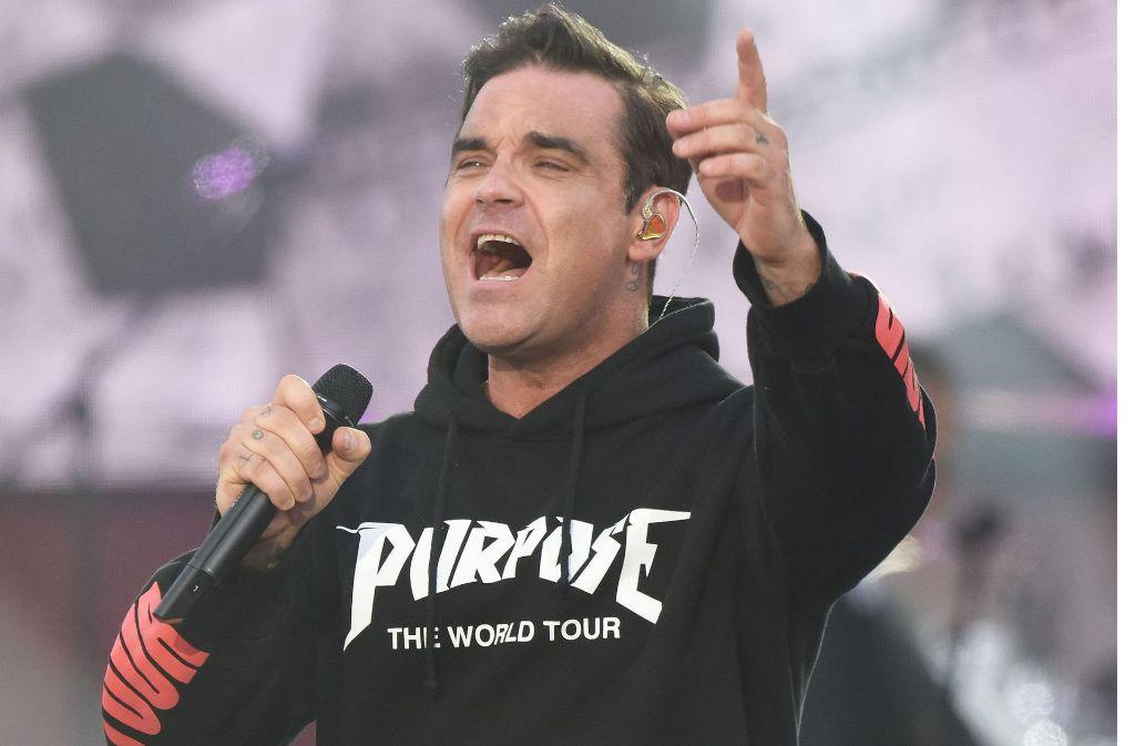 """Das Foto zeigt Robbie Williams am 4. Juni in Manchester beim Benefizkonzert für die Opfer des Terroranschlags. Aufgrund """"nicht zumutbarer Auflagen"""" hat die Deutsche Presse-Agentur den Tourauftakt in Dresden nicht fotografiert. Foto: dpa"""