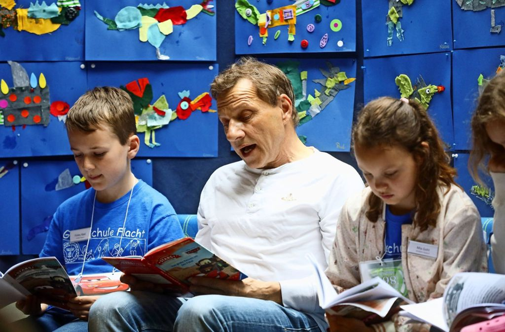 """Richy Müller hat  mit Büchern von Wilhelm Busch angefangen – jetzt ist er Botschafter der """"Stiftung Lesen"""". Foto: factum/Simon Granville"""