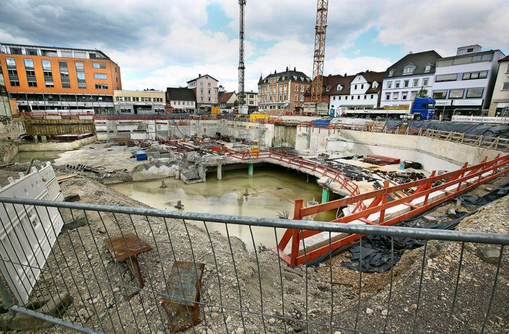 Die Baustelle dümpelt seit Monaten vor sich hin, unter anderem, weil immer wieder Grundwasser herauf schwappt. Foto:
