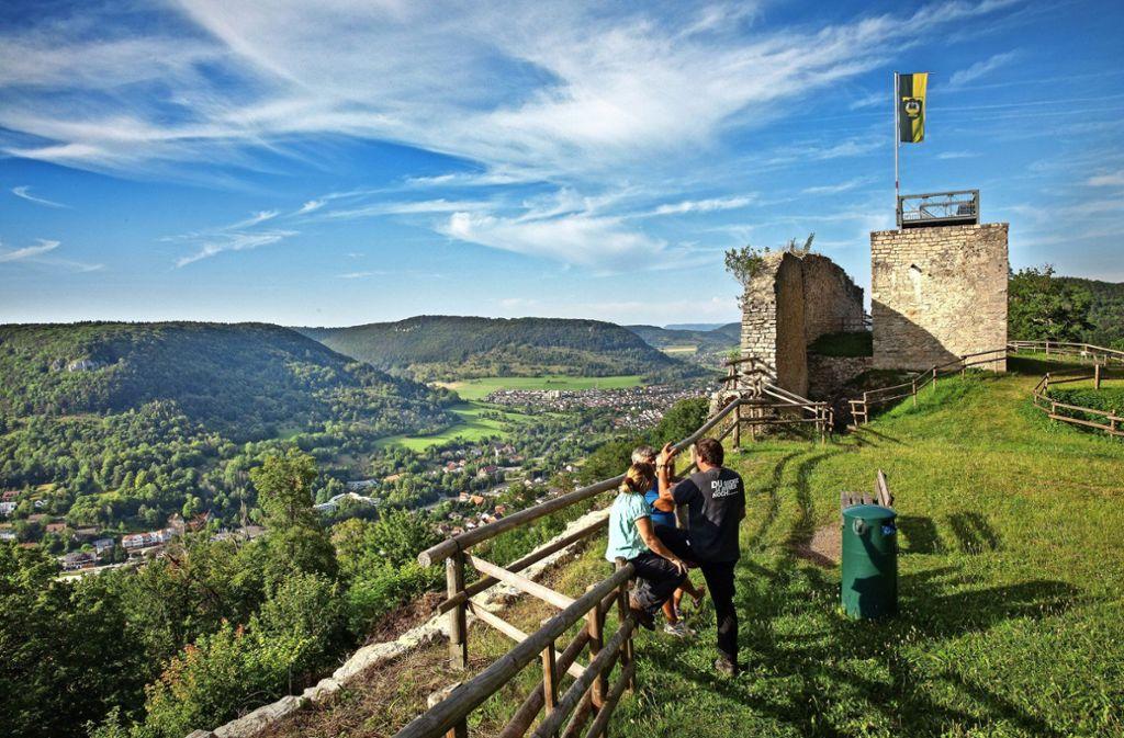 """Ein 180-Grad-Panorama ist auf der Hiltenburg garantiert, über das Obere Filstal hinweg, das den Albtrauf """"splittet"""". Foto: Ines Rudel"""