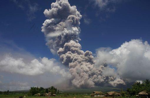 Aschewolke über aktivstem Vulkan der Philippinen