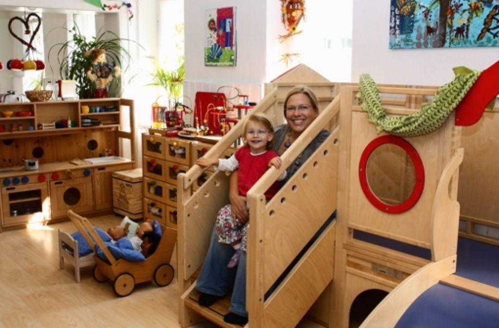 Antje Fydrich mit ihrer Tochter im neu gestalteten Spielbereich des Eltern-Kind-Treff Müze. Durch den Raumtausch gibt es jetzt mehr Platz für die Kleinen. Foto: