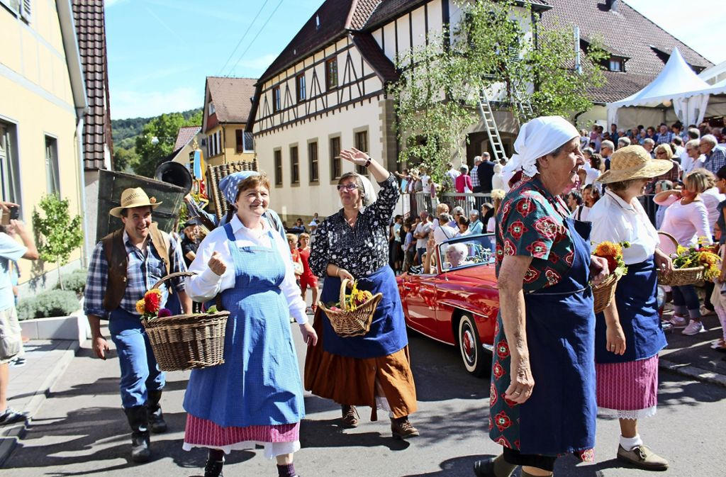 Beim Umzug wurden auch traditionelle Wengerter-Trachten gezeigt. Foto: Tilman Baur