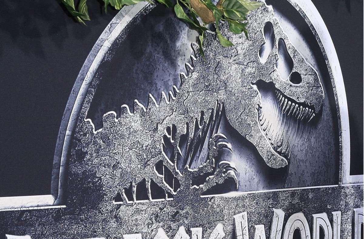 """Wenn Knochen zu neuem Leben erwachen: Dieses Filmplakat machte 2015 Werbung für die Weltpremiere des Films """"Jurassic World"""". 2022 soll die Fortsetzung """"Jurassic World: Dominion"""" folgen. Foto: dpa/Nina Prommer"""