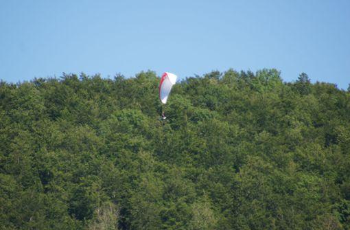 Gleitschirmflieger landet in Baum