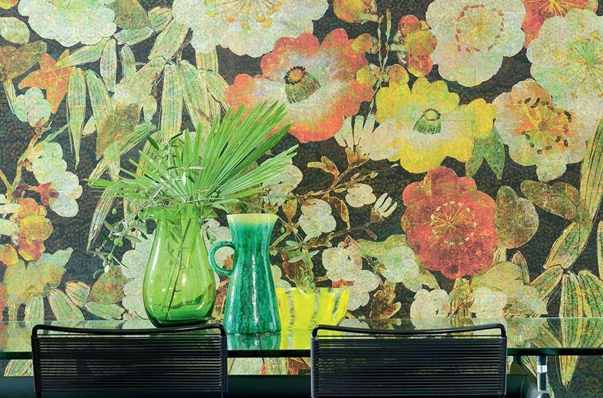 """Die Tapete """"Soleil levant"""" von Élitis ist von der Blütenpracht japanischer Kimonos inspiriert. Foto: Élitis"""