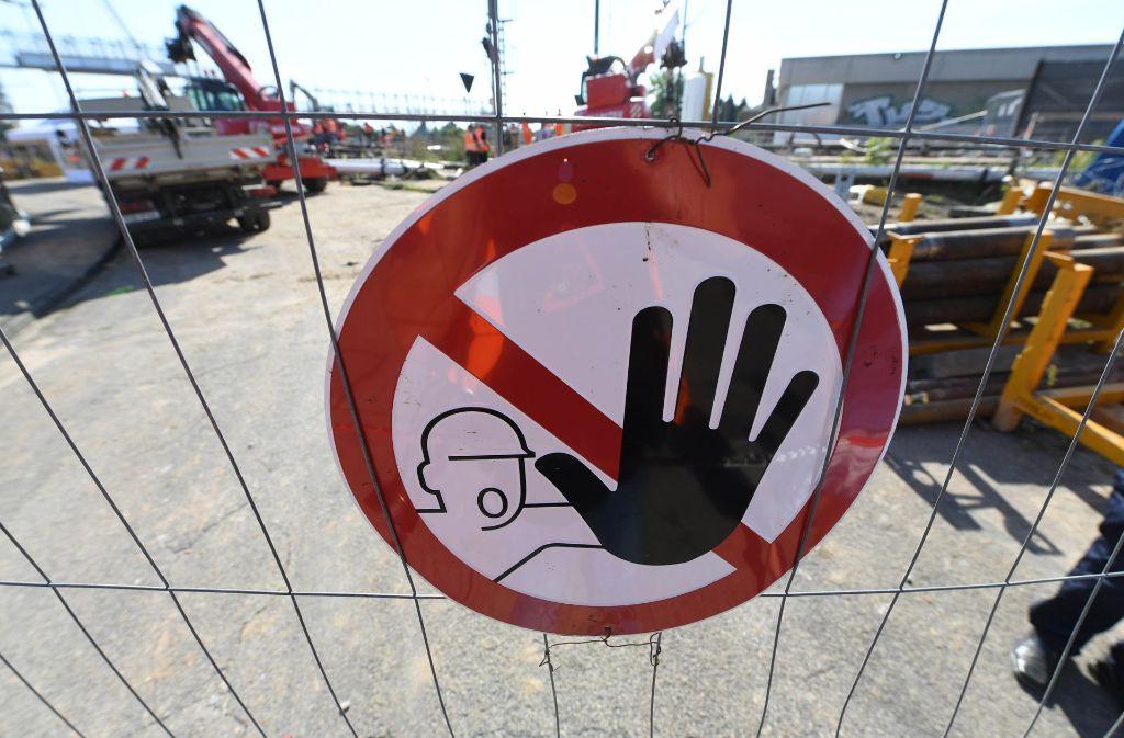 """In der Straße """"Am Schlossberg"""" haben bald die Bauarbeiter das Sagen. Foto: dpa"""