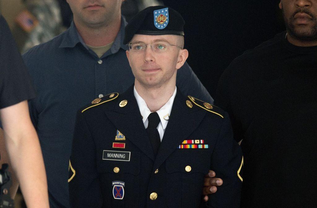 Dieses Foto von 2013 zeigt den damaligen US-Soldaten Bradley Manning (heute Chelsea Manning) beim Verlassen des Militärgerichts in Fort Meade, Maryland. Foto: AFP