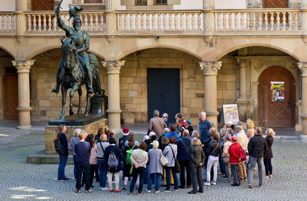 """Stadtführungen (hier zu """"Stuttgarter Geheimnissen"""") stoßen auf großes Interesse. Foto: Lichtgut/Volker Hoschek"""