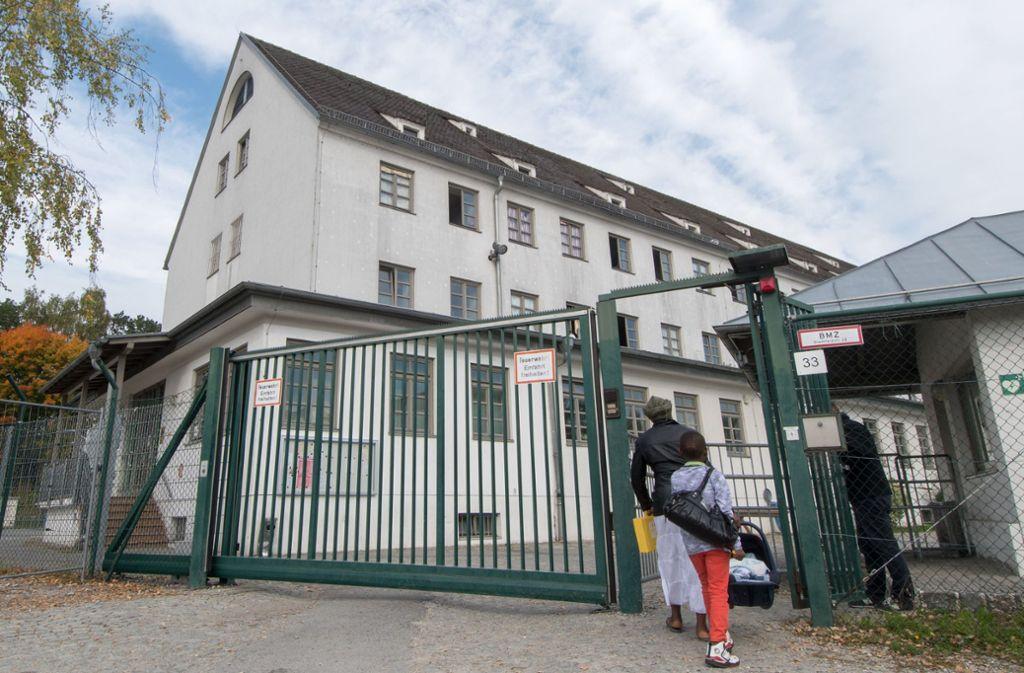 Vor dem Ankerzentrum im bayerischen Deggendorf ist es zu einer Massenschlägerei gekommen (Archivbild). Foto: dpa