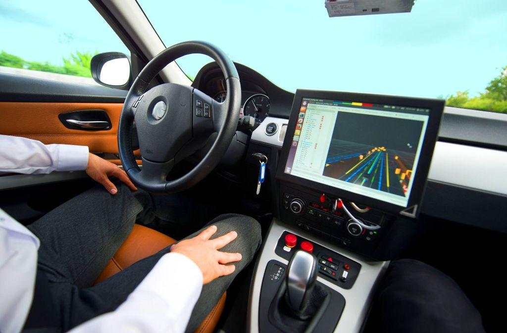 Für das automatisierte Fahren (links) müssen zusätzliche elektronische Helfer eingebaut werden.  Auch der Zusammenbau von Batterien  (rechts) bringt Beschäftigung. Foto: dpa