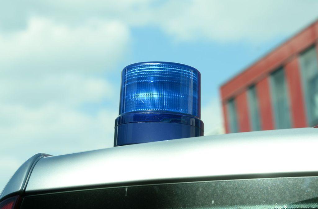 Während die Polizei einen Unfall aufnimmt, kommt ein Zeuge an den Unfallort, der noch einen zweiten Crash  bemerkt hat. Foto: Hermann Hay