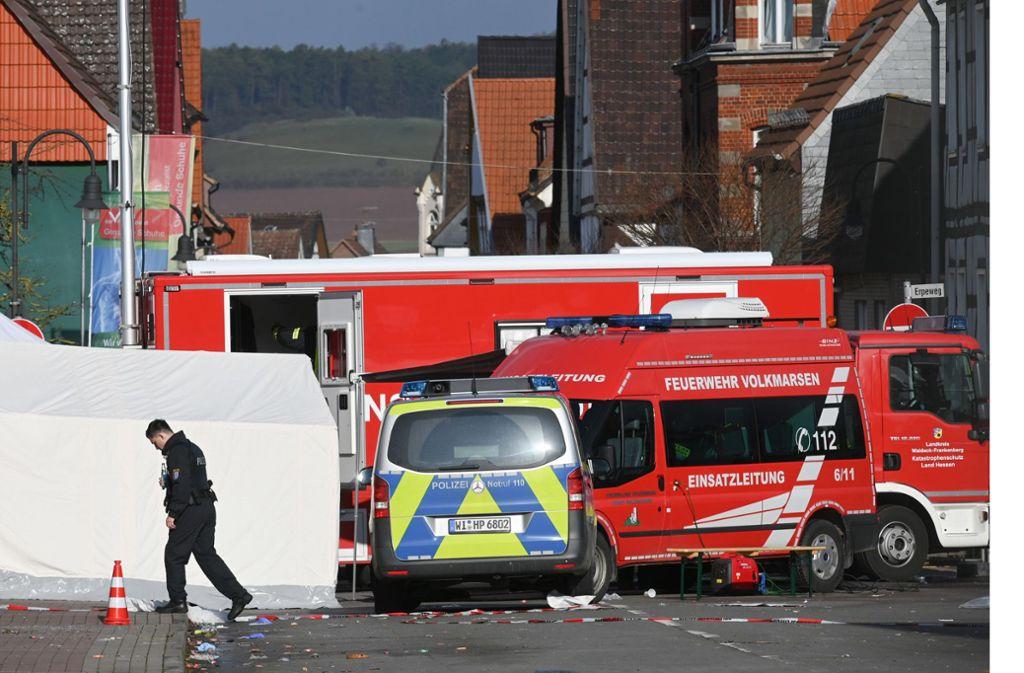 Ein Polizeibeamter geht über den Tatort. Am Vortag war Mann mit seinem Auto in einen Karnevalsumzug gerast. Foto: dpa/Uwe Zucchi