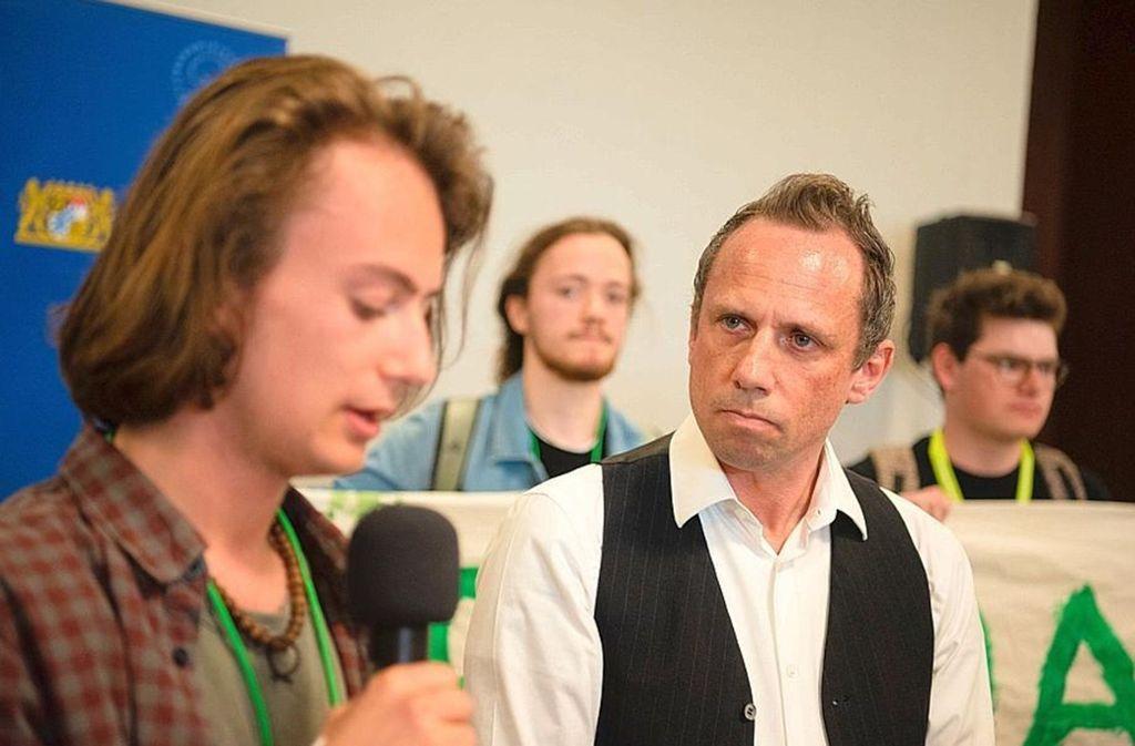 """Umweltminister im Schülerprotest: Thorsten Glauber bei der """"Jugendklimakonferenz"""" in Erlangen Foto: dpa"""
