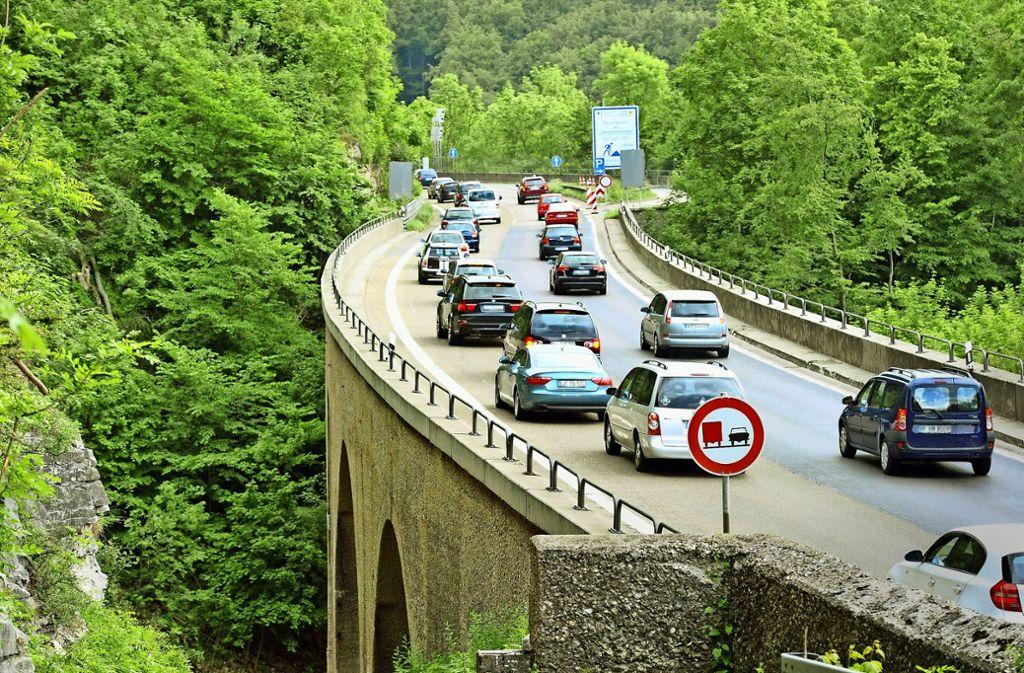 Eng und gefährlich: der Albauf- und Abstieg der A8, hier am Drackensteiner Hang Foto: dpa