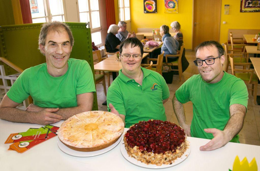 Das Café Regenbogen im Nürtinger Rathaus ist ein beliebter Treffpunkt für Menschen mit und ohne Behinderung. Foto: Ines Rudel