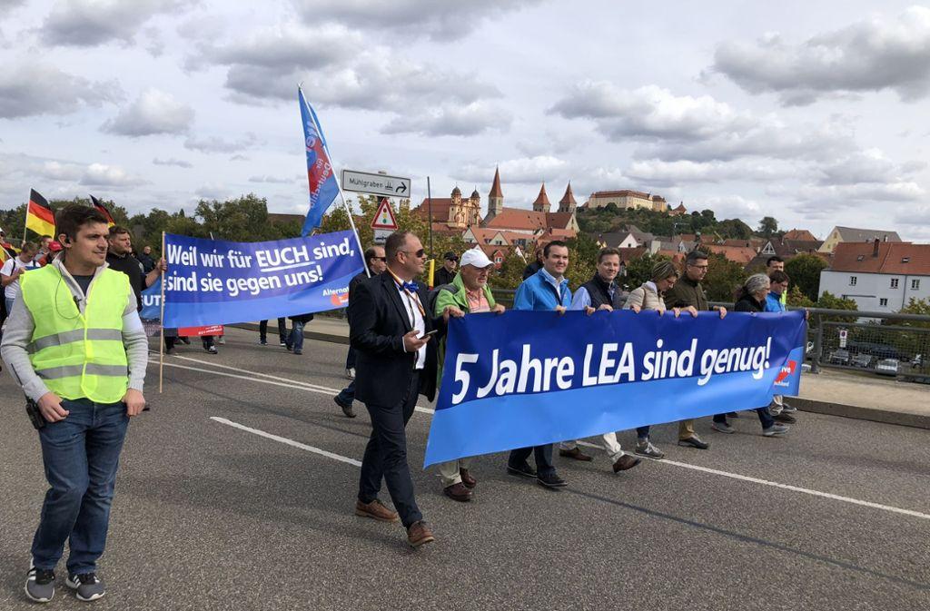 120 Demonstranten sind am Samstag durch Ellwangen gezogen, vorneweg unter anderem der AfD-Landtagsabgeordnete Udo Stein. Foto: Fuchs