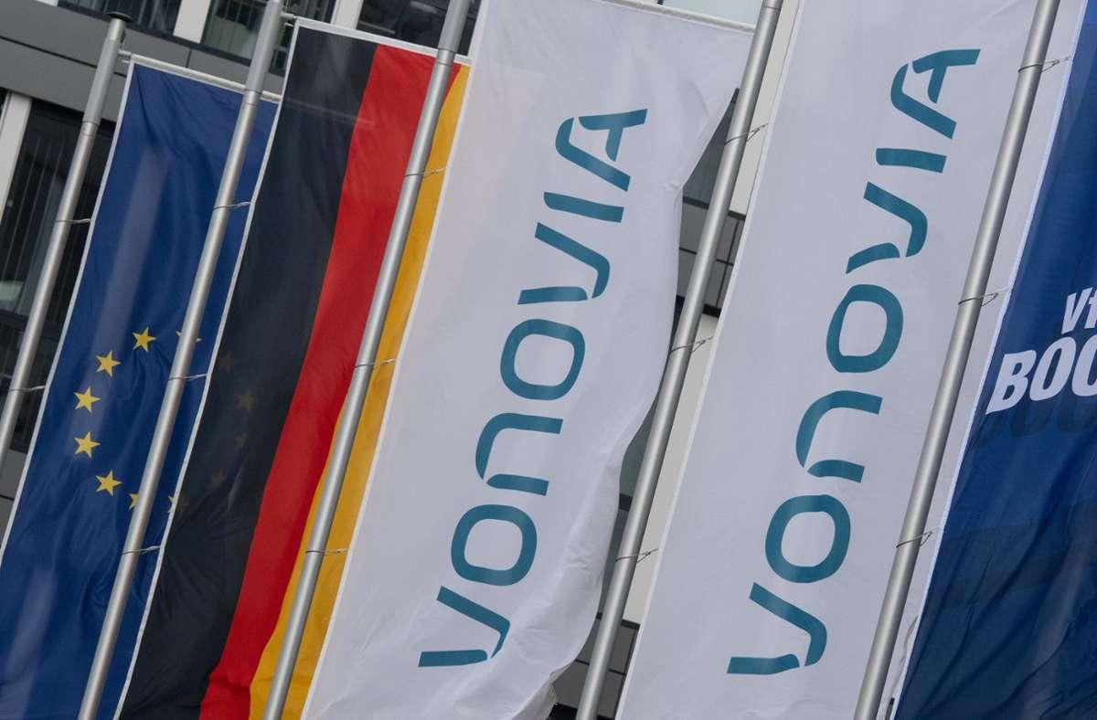 Nordrhein-Westfalen, Bochum: Fahnen wehen vor der Konzernzentrale des Immobilienkonzerns Vonovia. Foto: dpa/Bernd Thissen