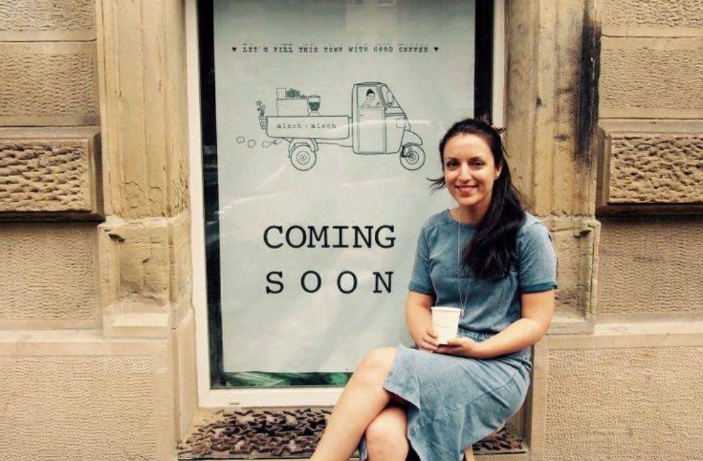Am Montag wird endlich Eröffnung gefeiert: Michaela Tsanidou vor ihrem Café Misch Misch an der Tübinger Straße. Foto: Tanja Simoncev