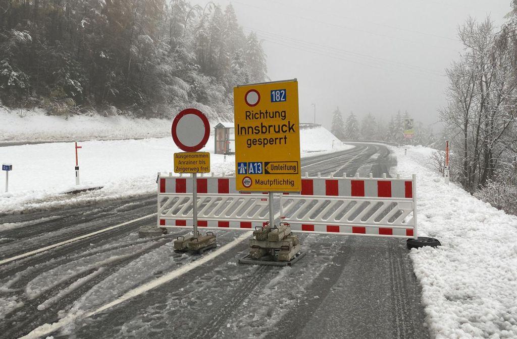 Die Stubaitalstraße ist nach einem Lawinenabgang gesperrt. Im Westen und Süden Österreichs wächst aufgrund der starken Regen- und Schneefälle die Sorge vor gefährlichen Hangrutschungen auch in Wohngebieten. Foto: dpa/Daniel Liebl