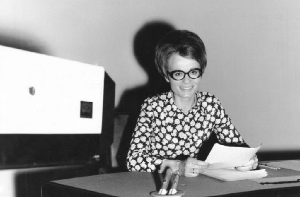 Das obligatorische Guten Abend, meine Damen und Herren kommt am 12. Mai 1971 erstmals von einer Frau: Wibke Bruhns entert mit ihrem Auftritt in den ZDF-heute-Nachrichten eine Männerdomäne. Bloß nicht zu sexy, lautet die Devise: Bruhns liest 380 Mal die Nachrichten - immer mit strenger Brille, adretter Frisur und stets hochgeschlossen. Foto: ZDF/ddp