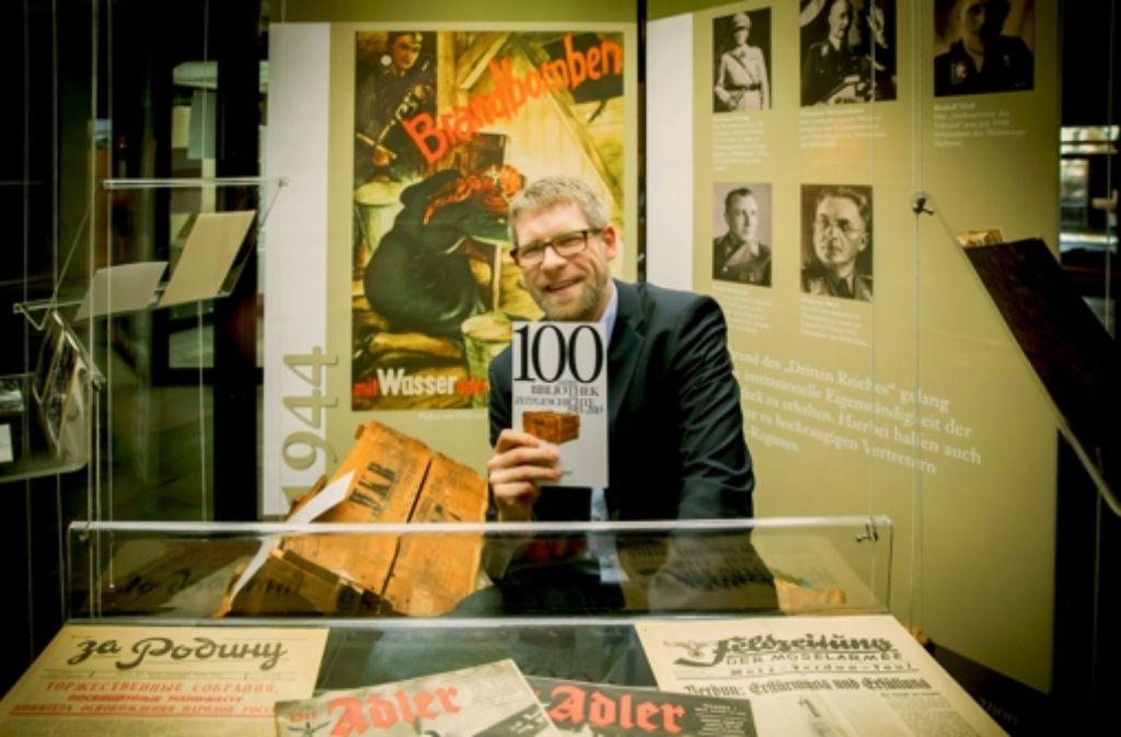 Bibliotheksleiter Christian Westerhoff  präsentiert in der am Donnerstag eröffneten Ausstellung die neue Festschrift zum 100. Jubiläum. Foto: Lg/Zweygarth