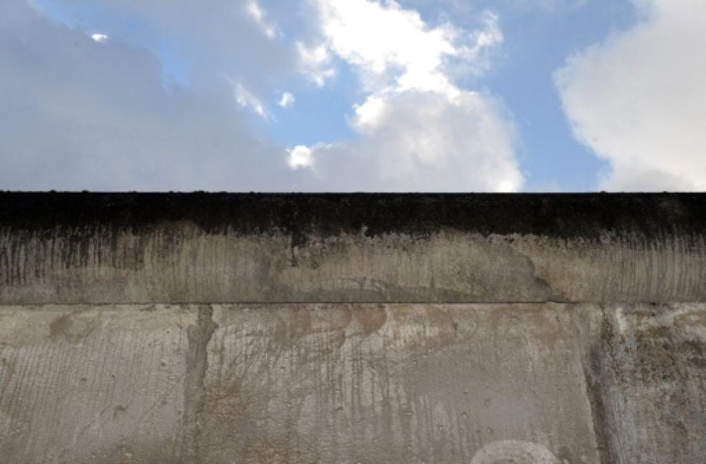 """Die Berliner Mauer war das Symbol des Kalten Krieges zwischen Ost und West.  """"Der Spion, der aus der Kälte kam"""" ist der Roman zur Blockteilung. Foto: dpa"""