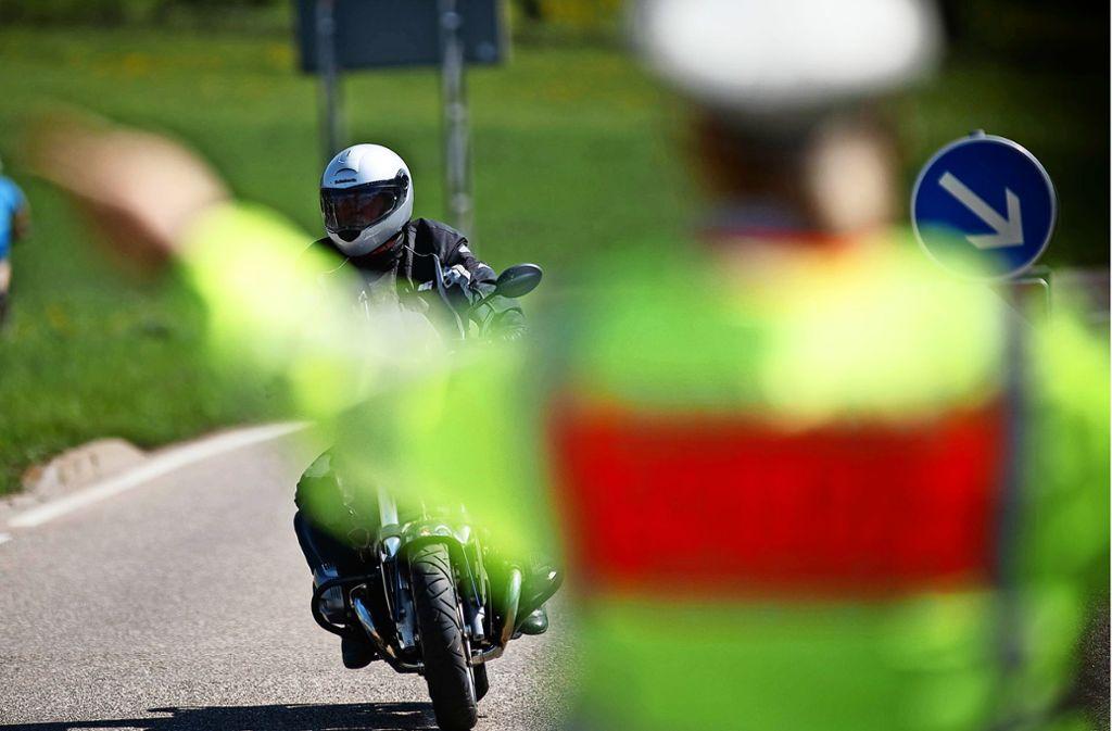 Polizeikontrollen sind ein wirksames Mittel gegen die Motorradposer, sagen die Büsnauer. Foto: Gottfried Stoppe/l