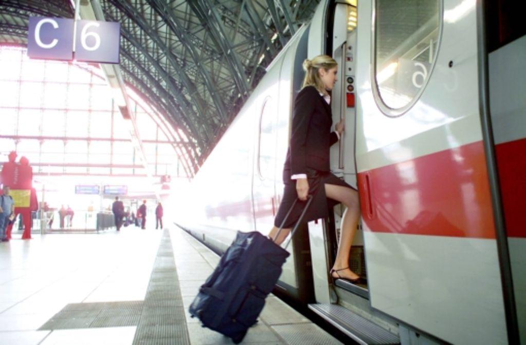 Nicht jeder kann so locker leicht einen ICE der Bahn besteigen. Mehr als 650000 Mal benötigten Behinderte und Senioren allein im vorigen Jahr Unterstützung beim Einstieg in den Zug. Foto: Imago