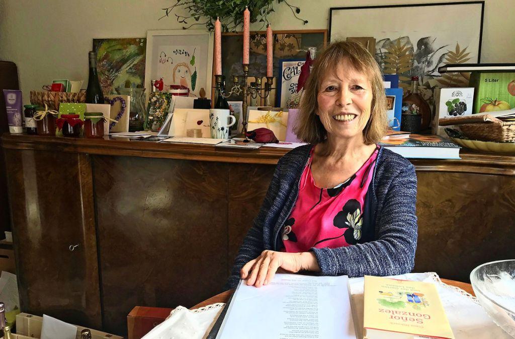 Selbstverfasste Gedichte, Kuchen, Bücher, Marmeladen: Mehr als 100 Geschenke hat Ingrid Strähle bekommen. Sie hat es noch gar nicht geschafft, alle auszupacken. Foto: Julia Bosch