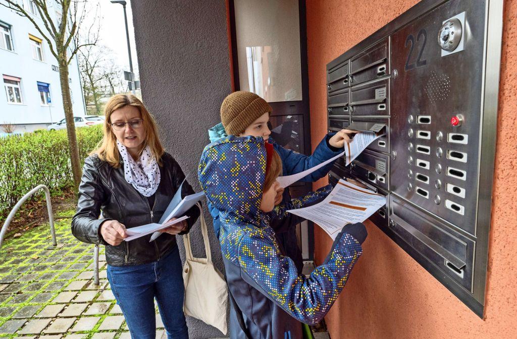 Stefanie Jaskolka und ihre Söhne Jaran und Sören (vorne) verteilen Flyer  an Hilfsbedürftige und potenzielle Helfer. Foto: factum/Andreas Weise