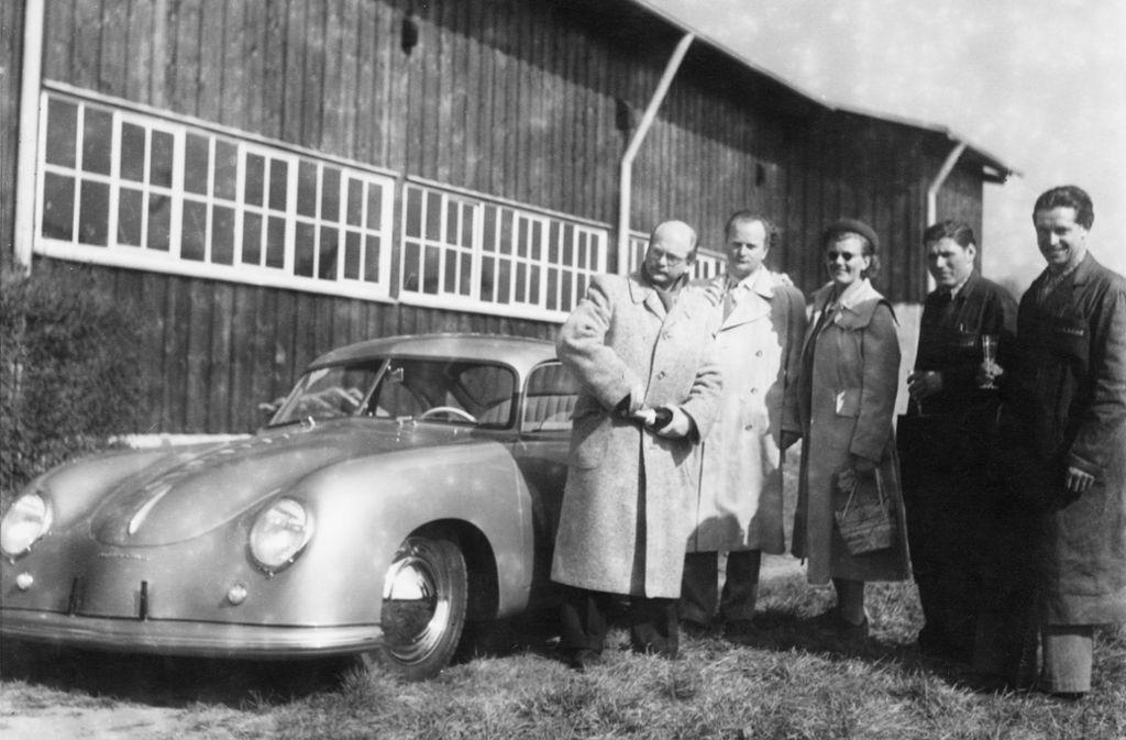 Zur Feier des Tages wurde am 26. Mai 1950 eine Flasche Sekt geöffnet. Foto: /Porsche