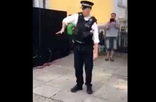 Polizist begeistert mit irrer Tanzeinlage