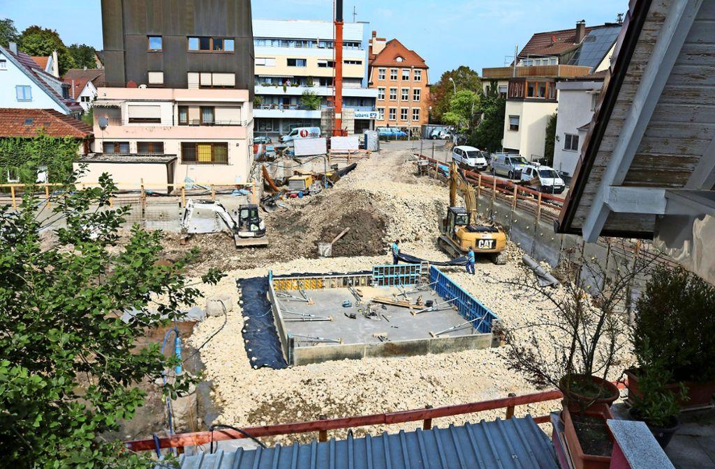 Blick in die Baugrube: Die Arbeiten in der Klosterstraße erregen in Stetten die Gemüter. Foto: Eva Herschmann