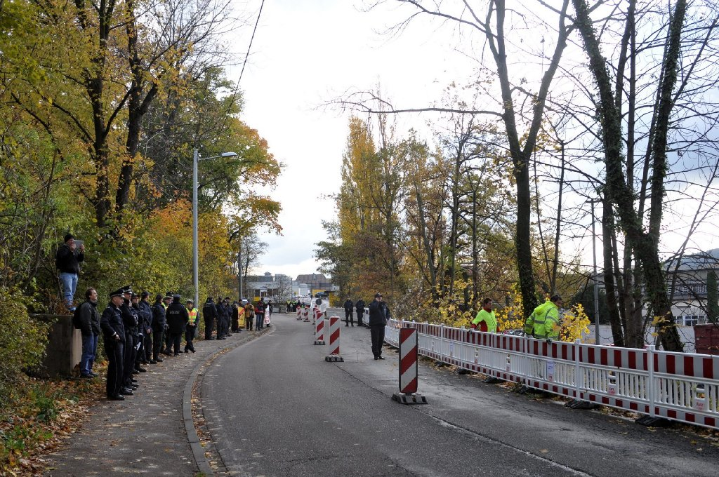 Die Bahn wird an den kommenden beiden Wochenenden an der Ehmannstraße eine Brücke für die S21-Baulogistikstraße errichten. Die Straße muss dafür jeweils in der Nacht zum Sonntag gesperrt werden. (Symbolbild) Foto: www.7aktuell.de