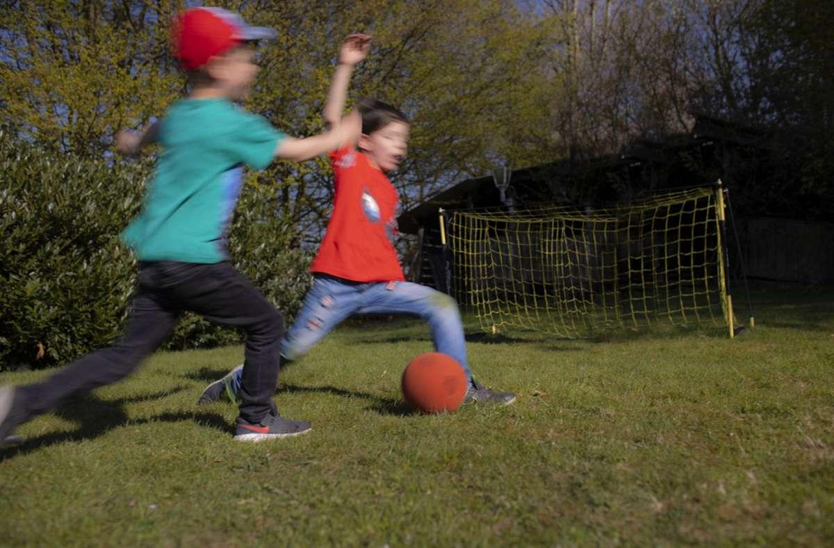 Die 100 Euro können für Ferien-, Sport- oder Freizeitaktivitäten ausgegeben werden. Foto: imago images/photothek/Ute Grabowsky/photothek.net via www.imago-images.de