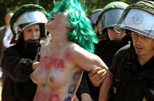 Zwei Femen-Frauen ziehen blank