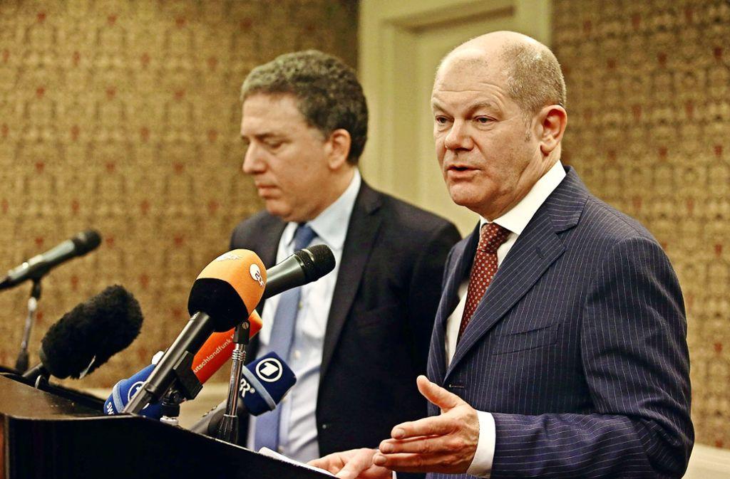 Olaf Scholz (rechts) bei einer Pressekonferenz mit seinem argentinischen Amtskollegen Nicolas Dujovne in Buenos Aires Foto: dpa