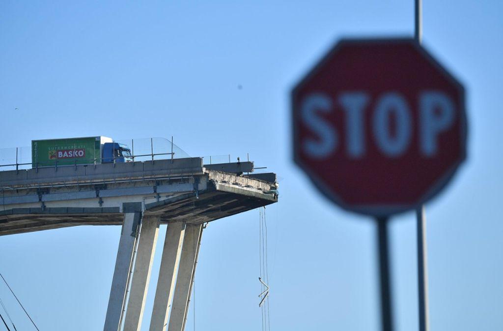 Am Tag nach dem Brückeneinsturz gehen die Rettungsarbeiten weiter. Foto: ANSA/AP