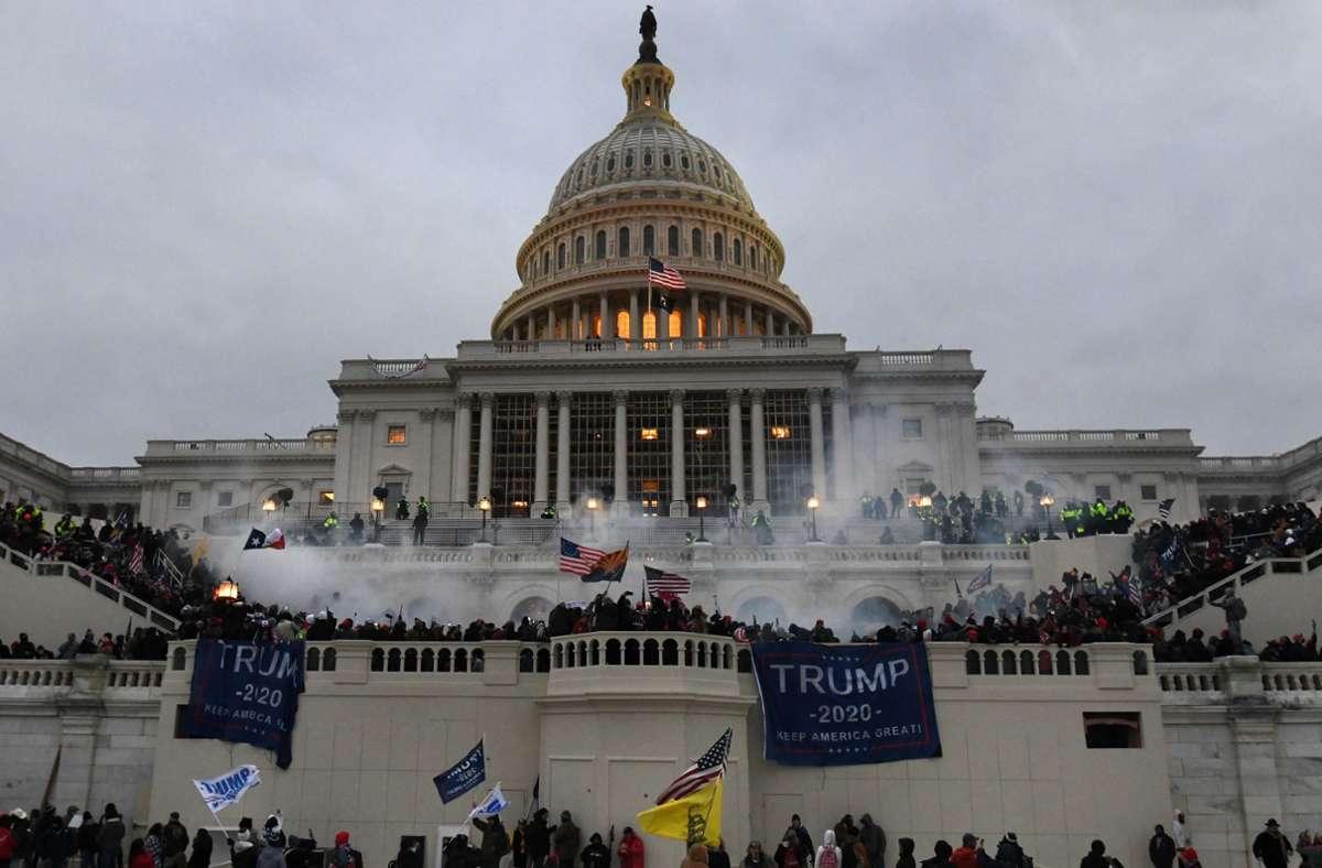 Radikale Trump-Anhänger hatten am 6. Januar das Kapitol gestürmt. An dem Tag sollte das Parlament den Wahlsieg von Joe Biden bei der Präsidentschaftswahl vom 3. November endgültig bestätigen (Archivbild). Foto: dpa/Carol Guzy