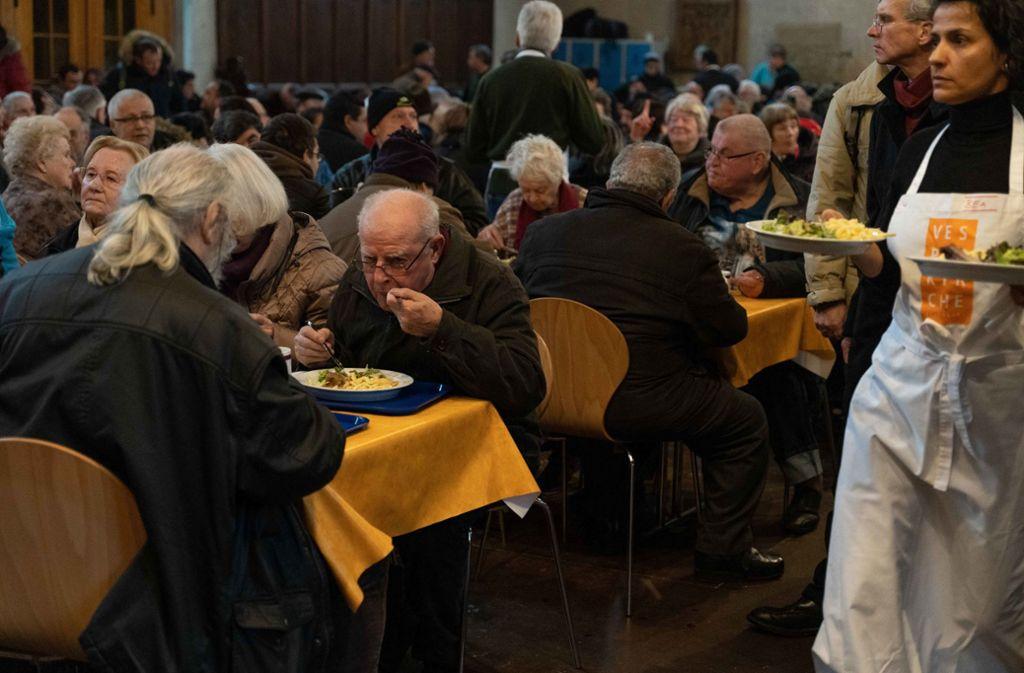 Die Helfer bringen das Essen seit diesem Jahr an die Tische. Foto: Julia Schramm