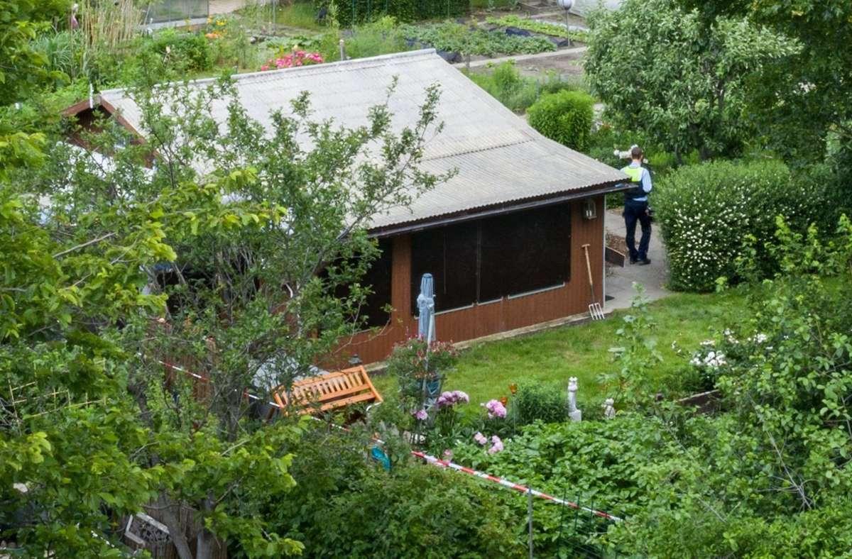 Absperrband umgibt das Grundstück in einer Kleingartenkolonie am Stadtrand von Münster mit einer Gartenlaube, von der man hier die Rückseite sieht (Luftaufnahme mit einer Drohne). Foto: dpa/Marcel Kusch