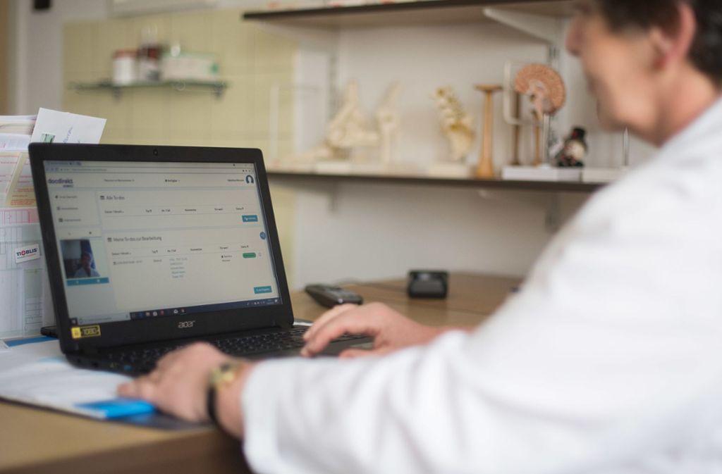 Ärzte können künftig digitale Rezepte erstellen. (Symbolbild) Foto: dpa/Sebastian Gollnow