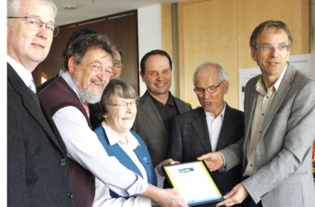 Es ist ziemlich begehrt, das Fairtrade-Siegel. Sillenbuch hat es neuerdings. Das Foto zeigt unter anderem Werner Wölfle (rechts) und den Bezirksvorsteher Peter-Alexander Schreck (Dritter von rechts). Foto: Martin Bernklau