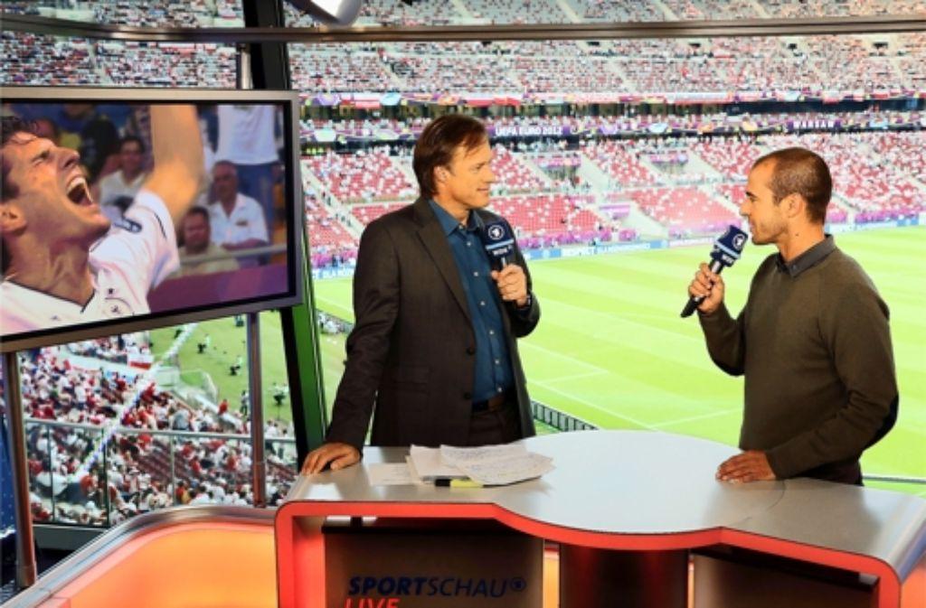 Experten im Fußballstadion: Gerhard Delling und Mehmet Scholl kommentieren. Foto: ARD