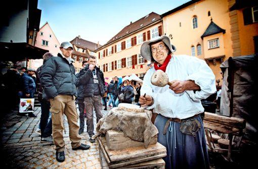 Steinmetz zeigt Besuchern mittelalterliches Handwerk