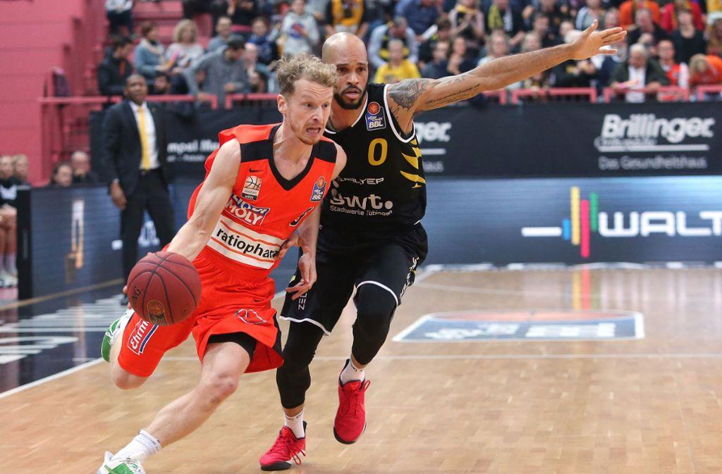 Die Basketballer von ratiopharm ulm – hier Per Günther (links)  im November 2017 mit Kris Richard von den Walter Tigers Tübingen – sollen jetzt ein Jugendleistungszentrum bekommen. Foto: Baumann
