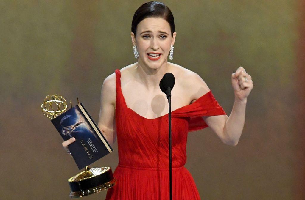 Rachel Brosnahan bedankt sich für den Emmy als beste Hauptdarstellerin einer Komödienserie. Foto:AFP Foto:
